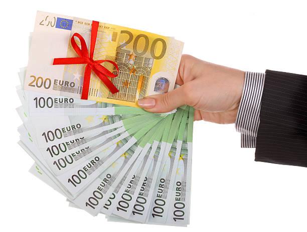 Hembra de dinero en la mano. - foto de stock