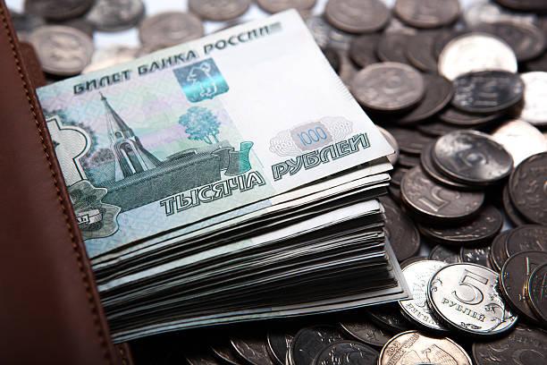 형태로 비용을 banknotes 및 주화 - 러시아 루블 뉴스 사진 이미지