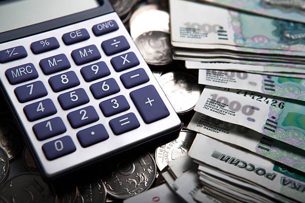 형태로 비용을 banknotes, 동전, 계산기 - 러시아 루블 뉴스 사진 이미지
