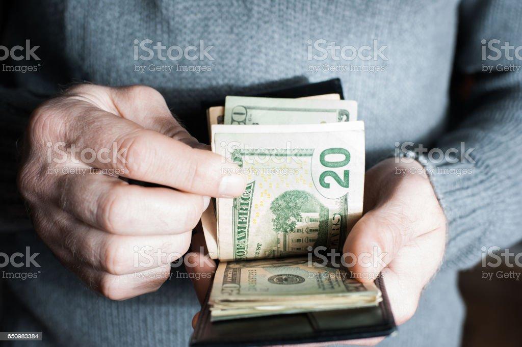 Geld in der Brieftasche. Ein Mann Geld zählen – Foto