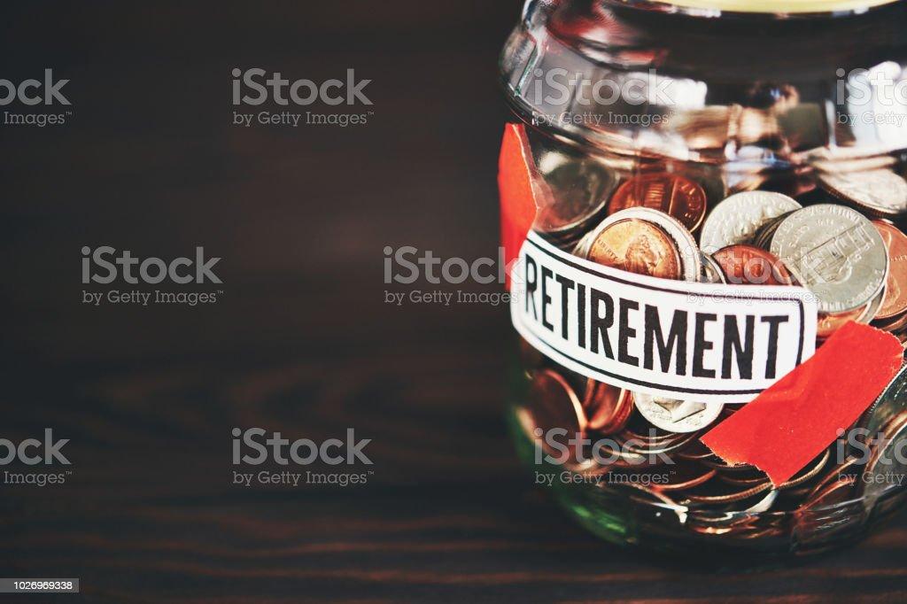 Geld-Glas, gefüllt mit amerikanischen Münzen für den Ruhestand – Foto