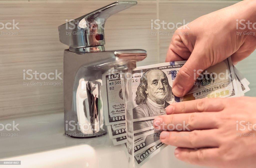 El blanqueo de dinero en lavabos - foto de stock