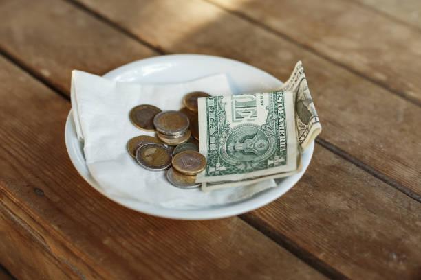 tipps, links geld auf tisch für server - gefüllte bon bons stock-fotos und bilder