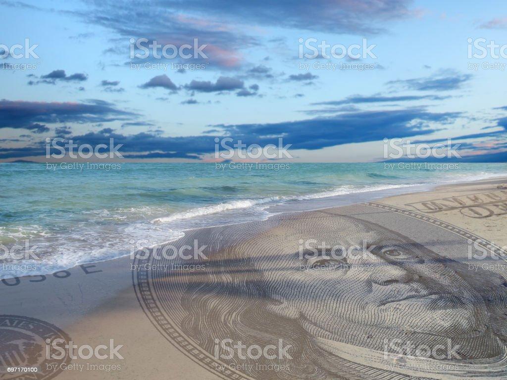 dinero en la playa - foto de stock