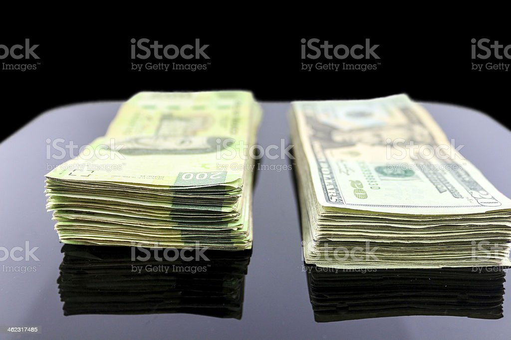 Fotografía De Dinero Sobre La Mesa Y Más Banco De Imágenes De