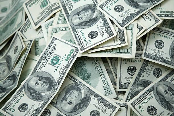 geld haufen 100,-us-dollar-noten in der hand - haufen stock-fotos und bilder