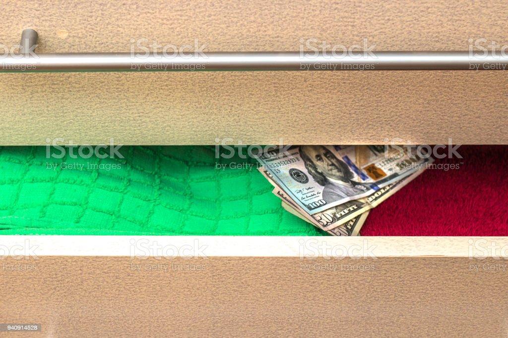 Geld Auf Eine Versteck In Der Kommode Zu Halten Stockfoto