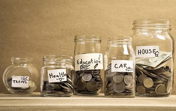 Geld sparen im Glas Wein für Geld-Konzept – Foto