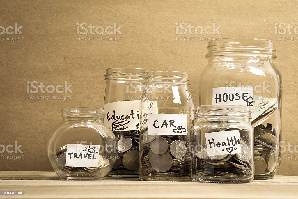 Économiser de l'argent dans une bouteille en verre pour concept d'argent - Photo