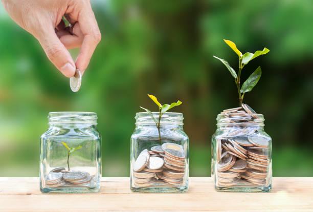 geldsparen, investitionen, geld für die zukunft verdienen, konzept der vermögensverwaltung. - heben stock-fotos und bilder