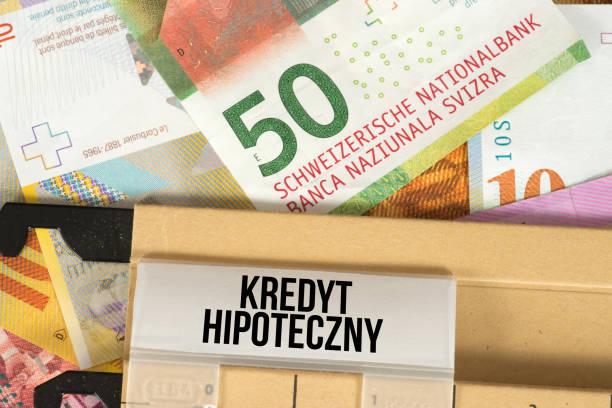 geld zwitserse frank en pools woord voor hypothecair krediet in polen - franken stockfoto's en -beelden