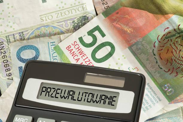 geld zwitserse frank en poolse zloty, calculator en pools woord voor valutaomrekening - franken stockfoto's en -beelden