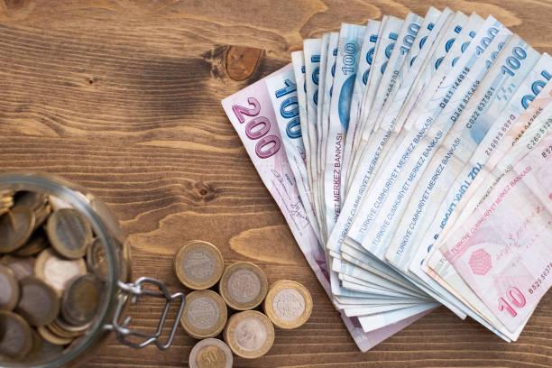 geld. Türkische Münzen. Türkische Lira. Türkische Währung. Münzen stapelten sich in unterschiedlichen Positionen aneinander. Geldkonzept – Foto