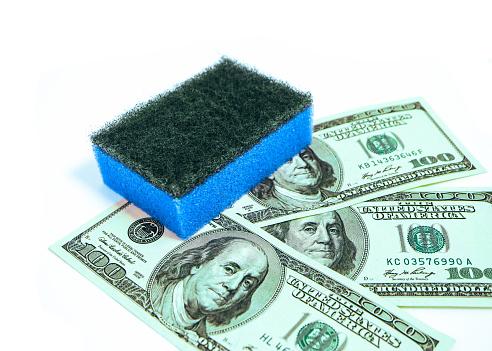 돈 세척 세탁 부패 개념입니다 미국 달러는 여성의 손에 스폰지를 세척과 청소 100 달러 지폐-미국 지폐 통화에 대한 스톡 사진 및 기타 이미지