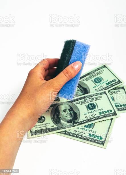 Pranie Pieniędzy Koncepcja Korupcji Amerykańskie Dolary Czyszcząc Gąbką Do Prania W Kobiecej Dłoni - zdjęcia stockowe i więcej obrazów Bank