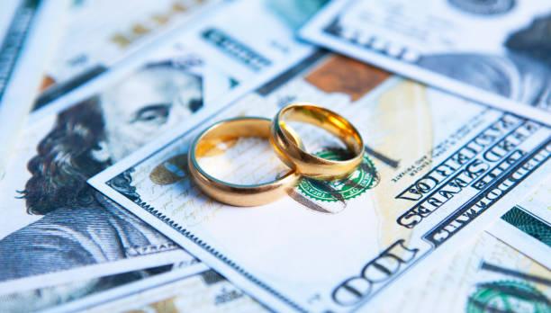 money wedding rings - divorce foto e immagini stock