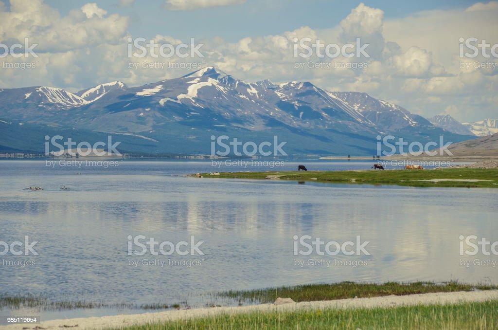 Mongolischen Altai. Khoton See liegt am Fuße des Altai-Gebirges in der Nähe der chinesischen Grenze. Höhe ca. 2000 m über dem Meeresspiegel. Natur und Reisen. Mongolei, Altai Tavan Bogd Nationalpark – Foto
