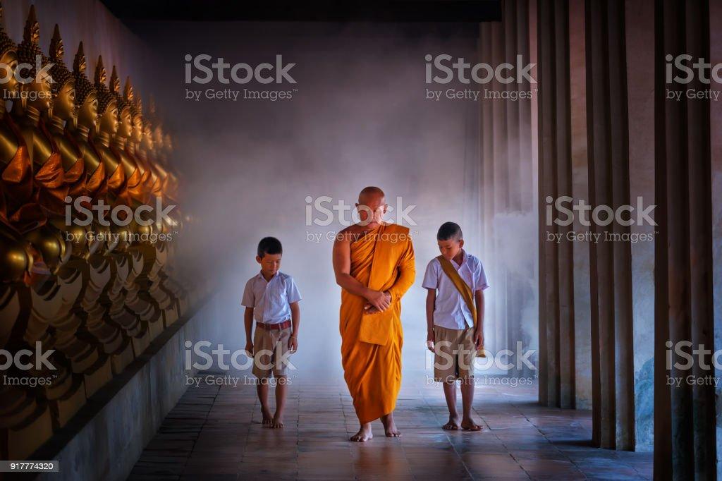 Mönch und Schlepptau junge Studentin im Golden Buddha-Statue, Makhabucha Tag, Visakabucha, Ansahabucha, Art und Weise im alten Tempel mit vielen Buddha-Statue im Tempel Ayutthaya Thailand – Foto