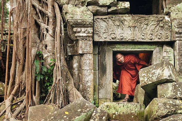 Monk exploring old ruins – Foto