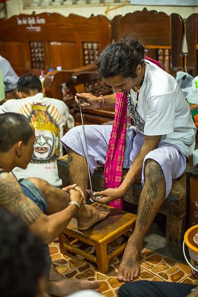 mönch master yantra-tattoos während master tag der zeremonie - buddhist tattoos stock-fotos und bilder