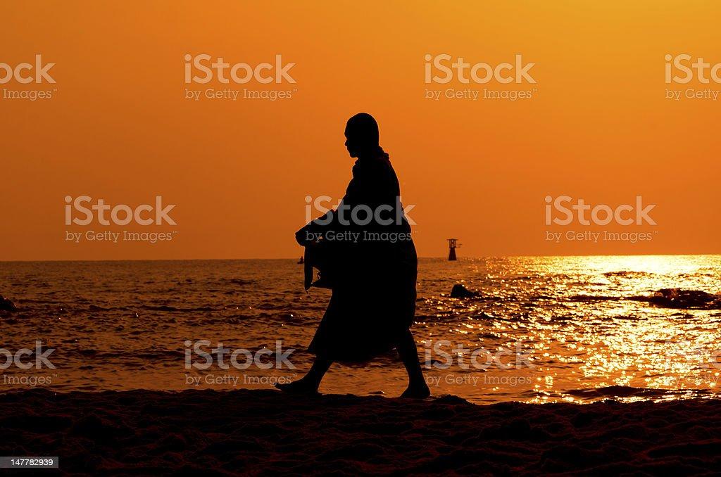 Monk auf Hua Hin beach mit silhouette – Foto