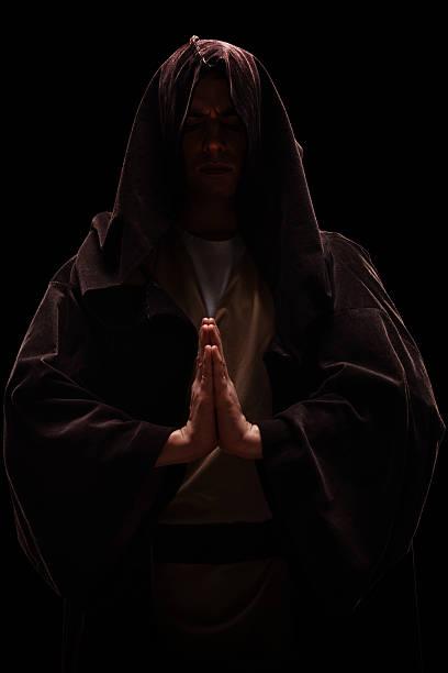 mönch mit kapuze auf seinen kopf beten - kult stock-fotos und bilder