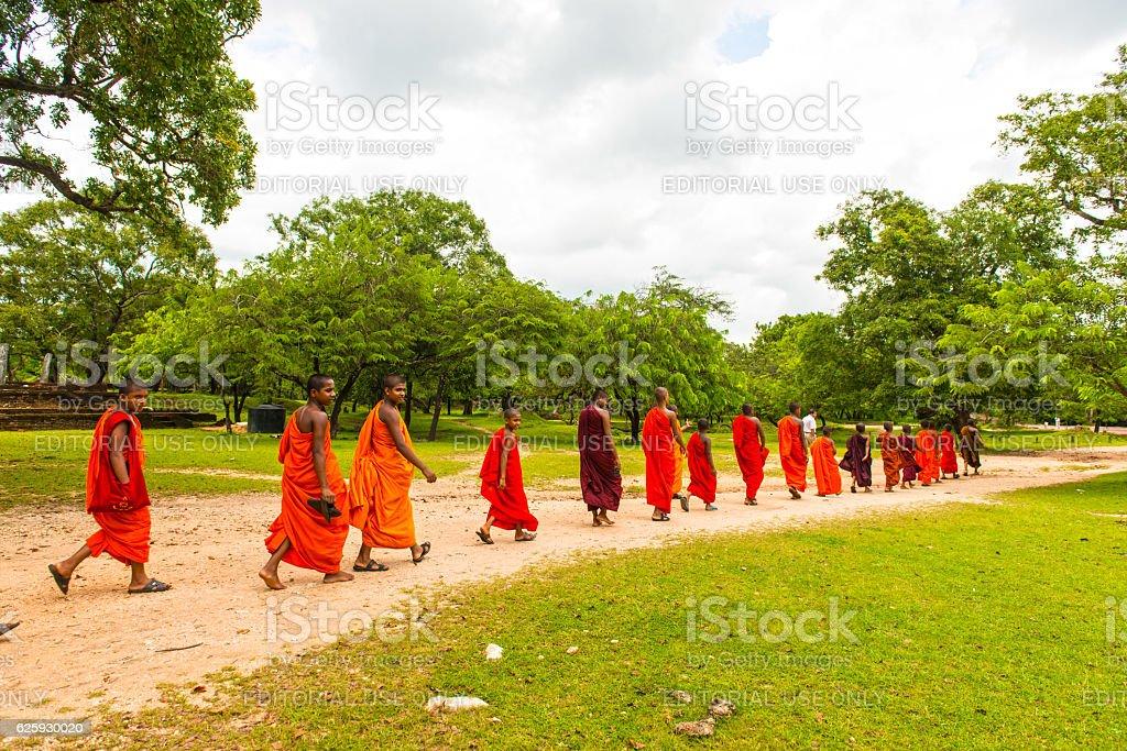 Moines à Dagoba blanc de Ruvanvelisaya dans d'Anuradhapura - Photo