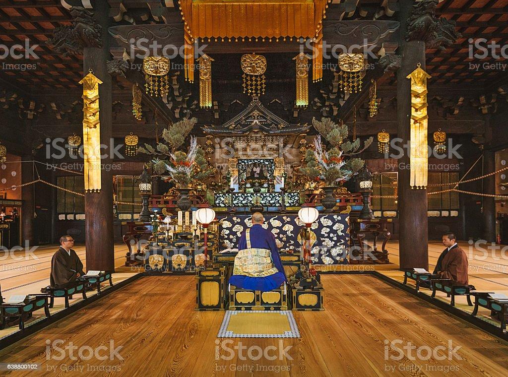 Os monges em oração no santuário budista em Kyoto - foto de acervo
