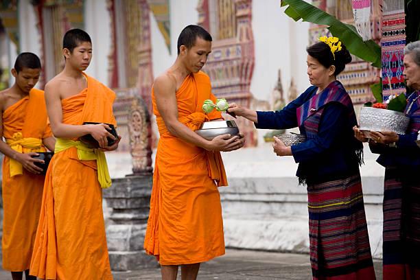 monges em uma linha - sukhothai - fotografias e filmes do acervo