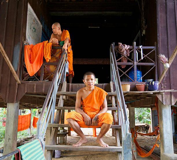 mönche in kambodscha - buddhist tattoos stock-fotos und bilder