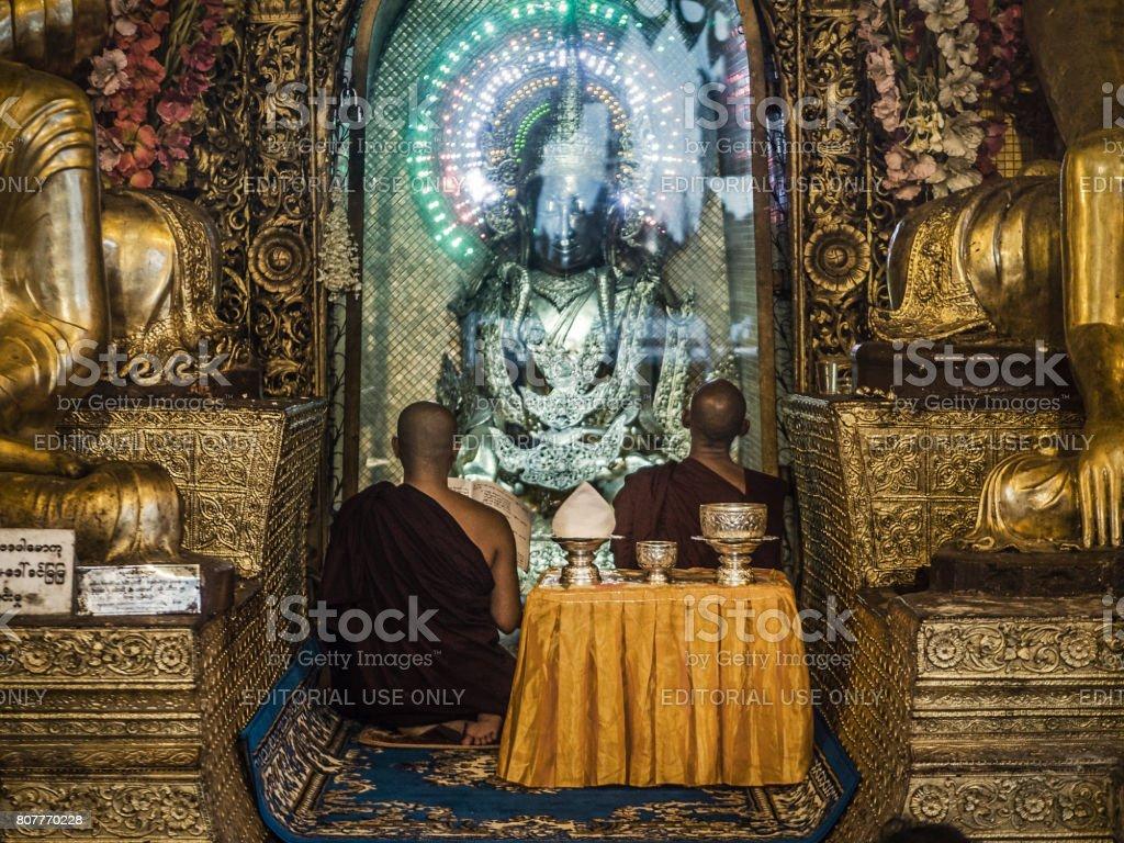 Monges rezando em Shwedagon Pagoda Yangon Myanmar - foto de acervo