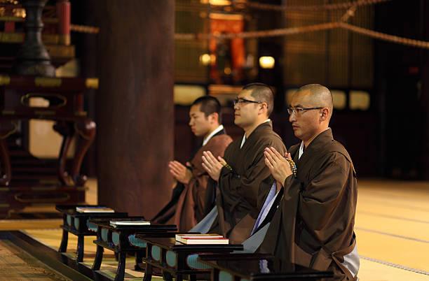 monks praying in temple,chion-ji,kyoto,japan - 寺院 ストックフォトと画像