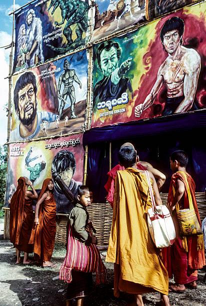 Os monges Assista a publicidade de cimena - foto de acervo