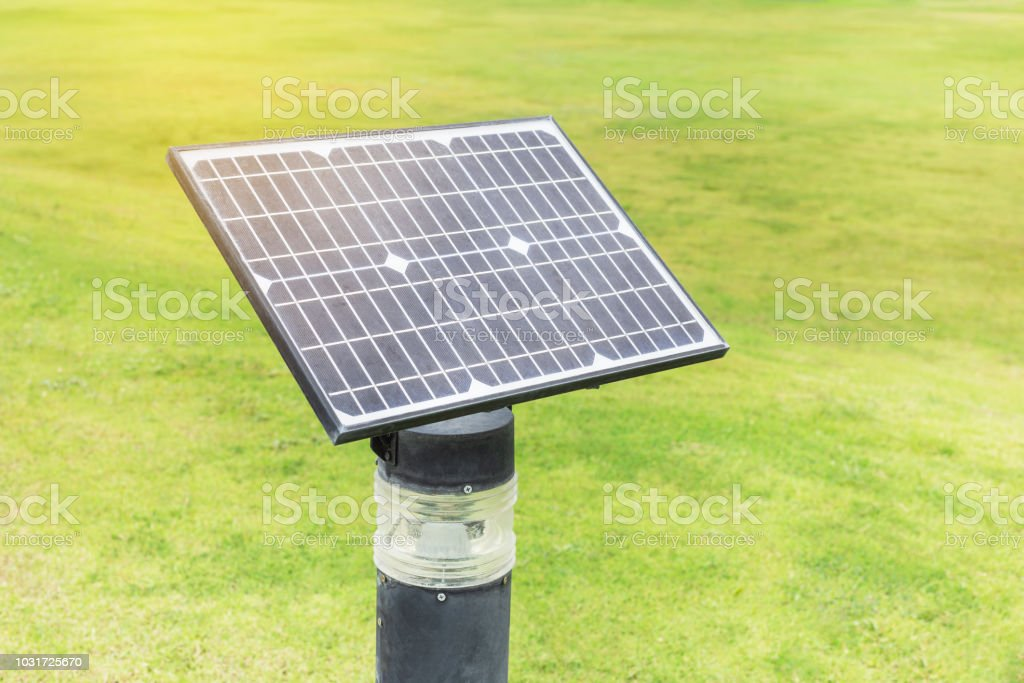 Silicium cristallin mono photopiles puissance pelouse extérieure lampe ligh champ sur l'herbe verte - Photo