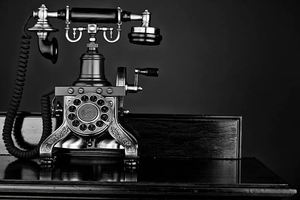 mono foto eines altmodischen telefon - telefonschrank stock-fotos und bilder