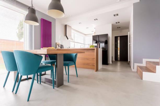 monochromatische eingang mit bunten akzenten - küche lila stock-fotos und bilder