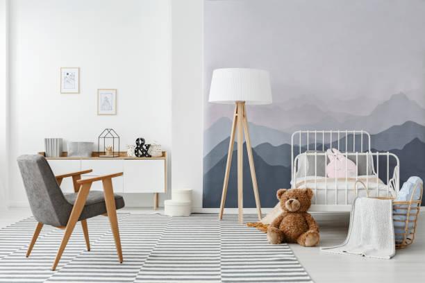 monochromatische skandinavischen kindes schlafzimmer innenraum - sideboard skandinavisch stock-fotos und bilder