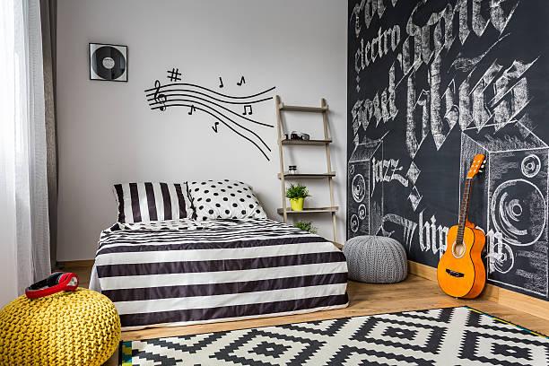 monochrome bedroom for musician - tafel schlafzimmer stock-fotos und bilder