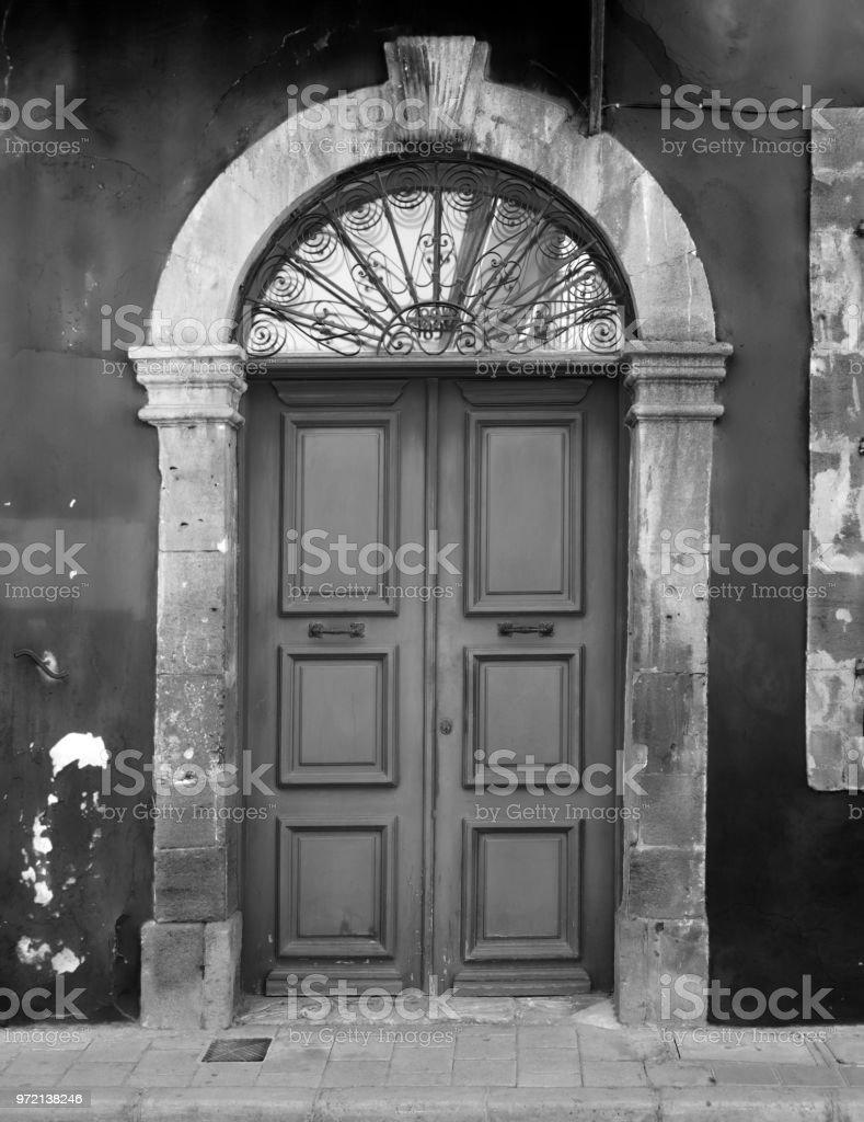 Imagen Monocroma De Puertas De Casa De Madera Antigua En Un Marco De