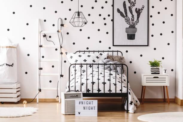 monochrome kid schlafzimmer mit poster - tupfen wände stock-fotos und bilder
