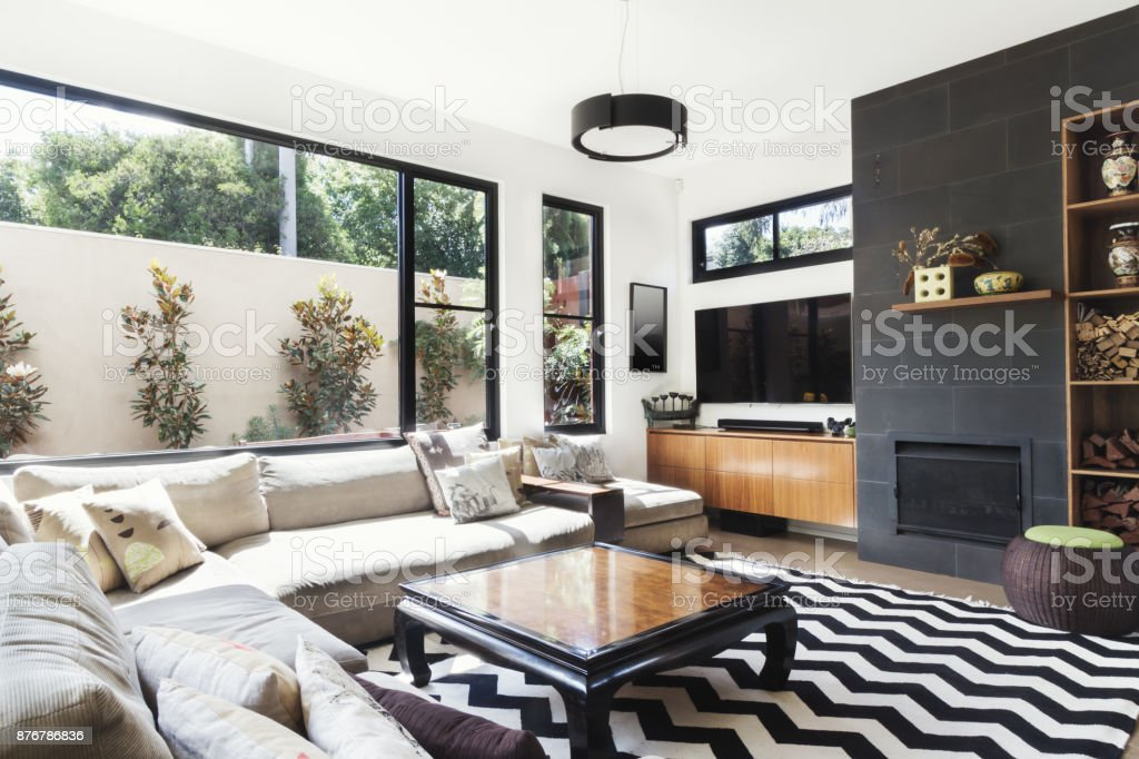 designer wohnzimmer holz, monochrome wohnzimmer mit holz und grauen fliesen akzente stock, Design ideen