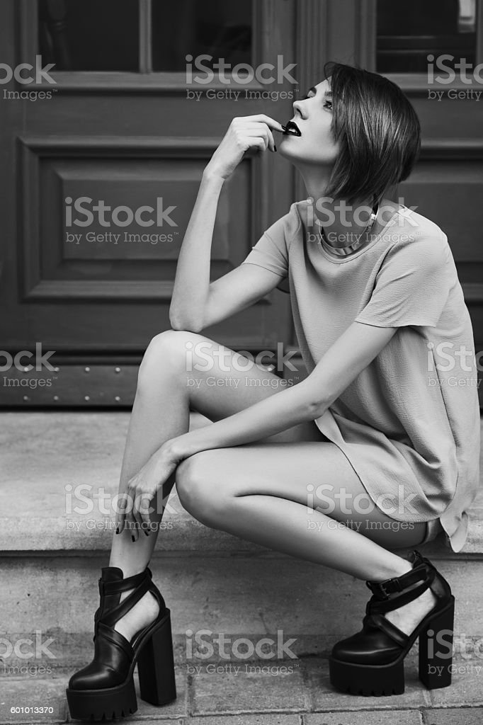Monochrome outdoor full body photo of young beautiful fashionable lady – Foto