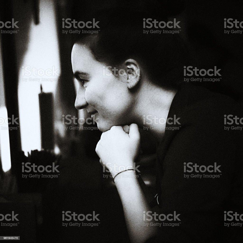Monochrome Profilbildnis der schönen Frau, die hand am Kinn – Foto