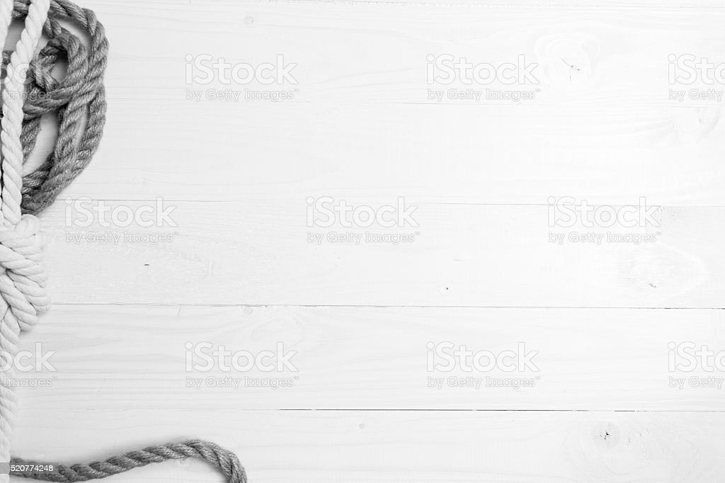 Monocromático foto de nós e cordas deitada em pranchas de madeira - foto de acervo