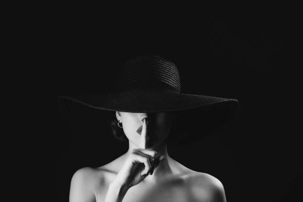 scatto monocromatico in studio di giovane bella donna che indossa il cappello - donna seducente foto e immagini stock