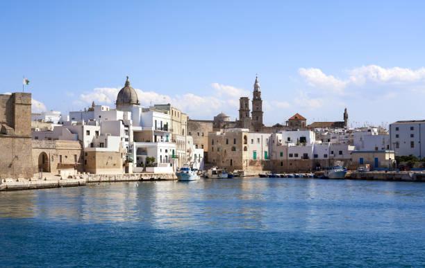 Monopoli Skyline vom Meer aus gesehen, Apulien Italien – Foto