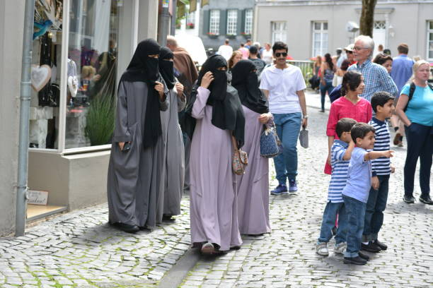 monschau mit muslimischen frauen in deutschland - burka stock-fotos und bilder
