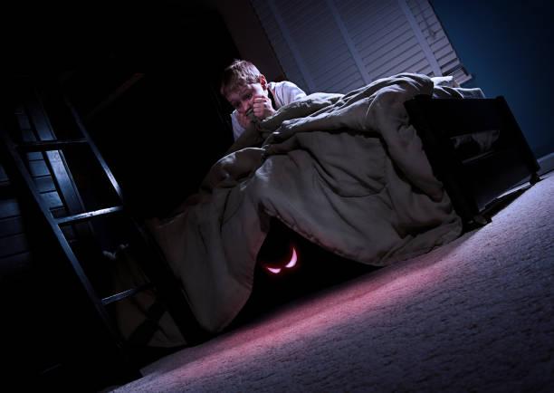 monster en mi cama - monstruo fotografías e imágenes de stock