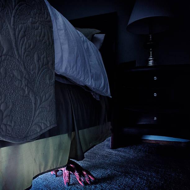 monster en la cama - monstruo fotografías e imágenes de stock