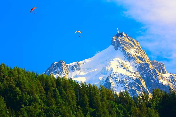 Mont Blanc superbe paysage alpin et minuscules parapente à Chamonix - Photo
